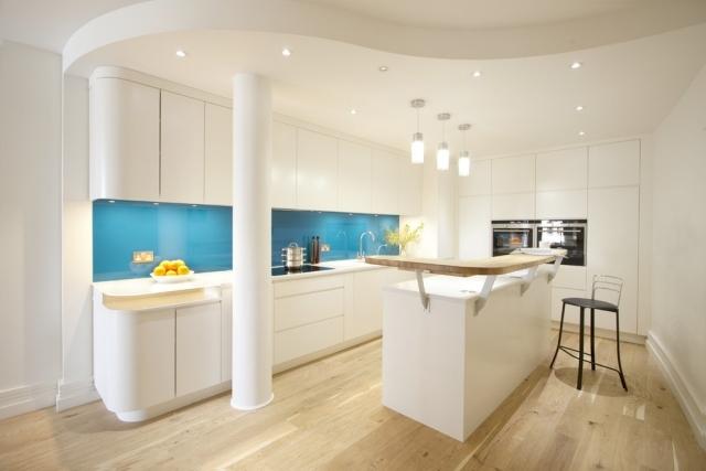 Arbeitsplatte Küche Abstand Zur Wand   Küche Wandgestaltung   Farbiger Glas Spritzschutz