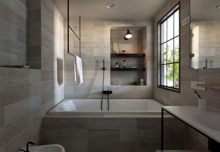 Modernes Bad Fliesen Holz Optik Eingemauerte Badewanne Handtuchhalter