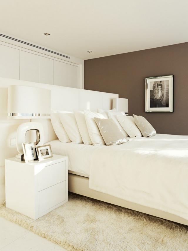 schlafzimmer mit dachschrage gestalten wohnideen. Black Bedroom Furniture Sets. Home Design Ideas