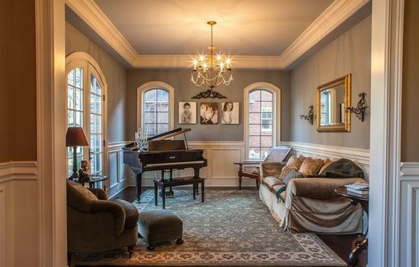 Wohnzimmer in Grau mit klassischen Akzenten und luxurisen Mbel
