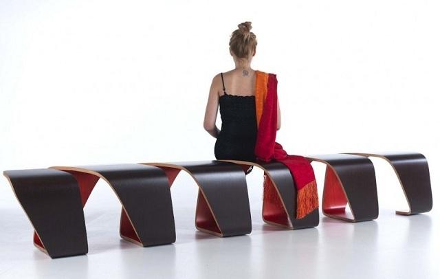 Moderne Sitzbank aus Holz in Form eines DNAStrangs