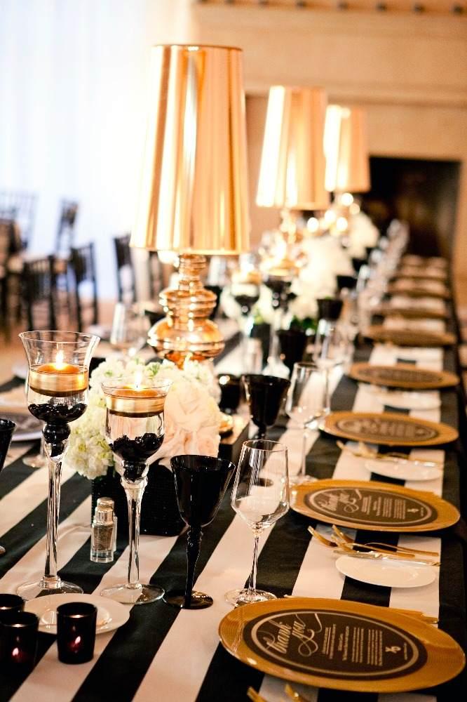 47 elegante Hochzeitstische in Schwarzwei arrangiert