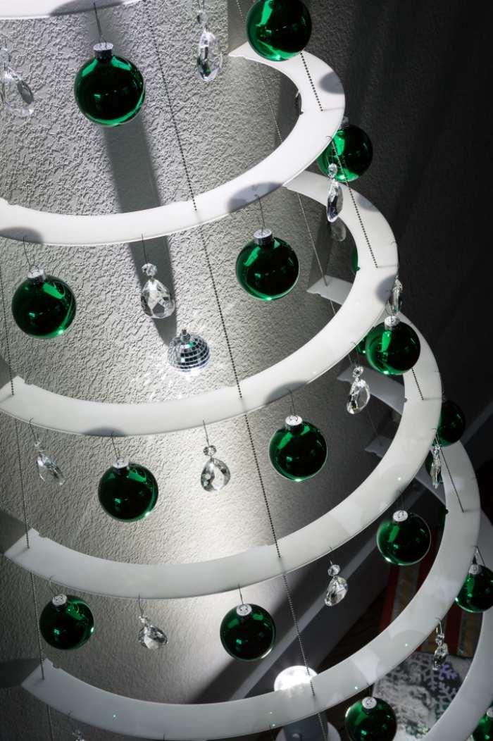 Weihnachtsbaum aus Acryl projiziert spannende Lichteffekte