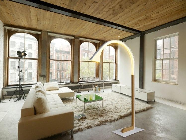 Eine moderne Stehlampe aus Holz wirkt elegant und warm