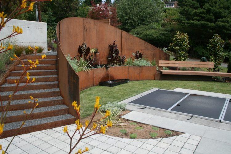 gelochte cortenstahl sichtschutz und holz sitzbank - boisholz, Gartengestaltung