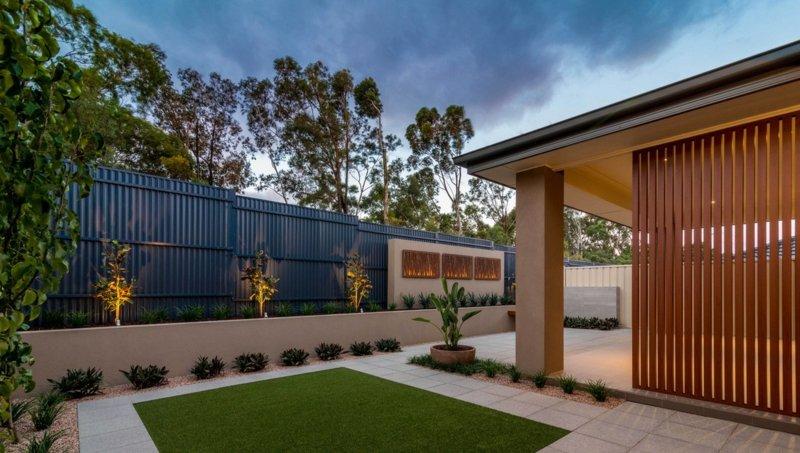 Gartengestaltung Pflege Patio Bereich Sichtschutz Zaun Gartenmauer ... Dachterrasse Gestalten Stadtoase Wasserspielen Miami