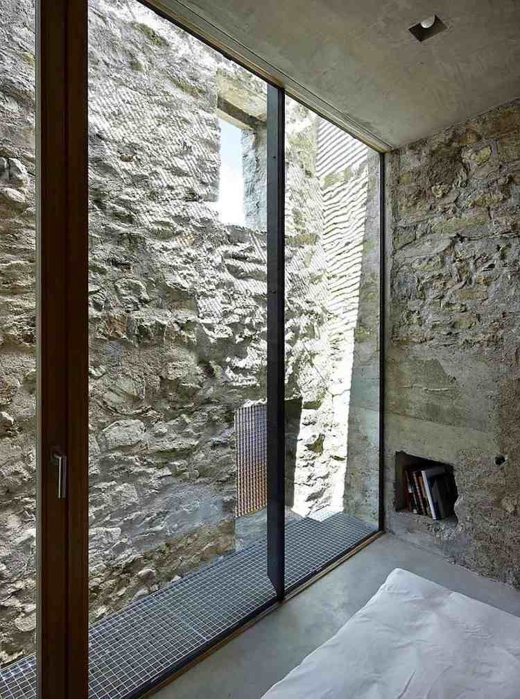Haus aus Stein und Beton mit modernem schlichtem Interieur