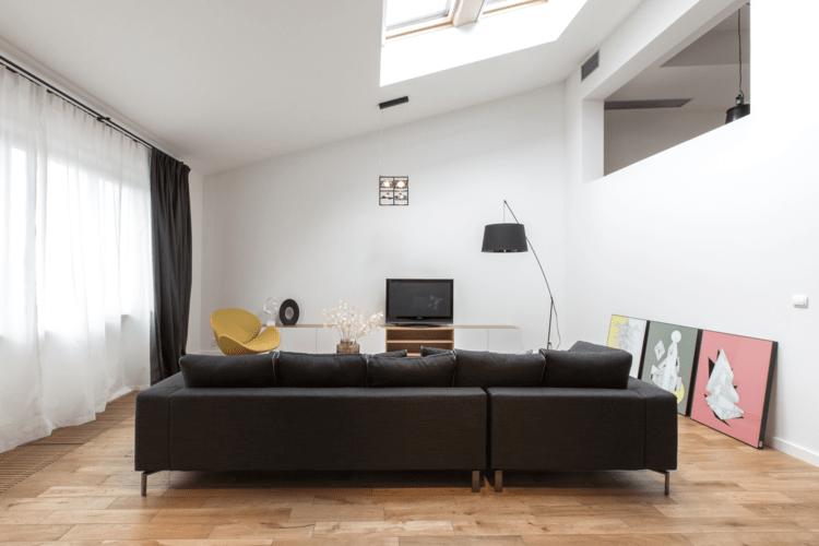 Moderne Wohnzimmer Leder Sofa Parkett Schwarz Dachschraege Design Moderne Wohnzimmer Interieur Ideen