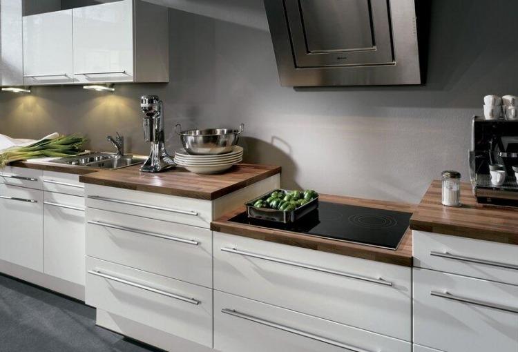 Holz Arbeitsplatten Kueche Modern Dunkel Weisse Fronten Graue Wandfarbe