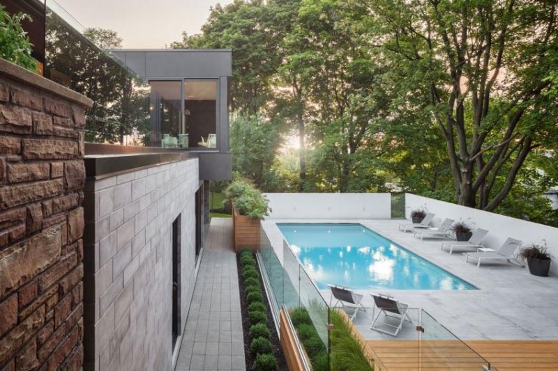 Moderne Gartengestaltung Pool Terrasse Betonplatten Sonnenliegen