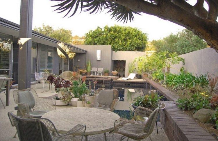 Pflanzen in Tpfen und Kbeln verschnern die Terrasse