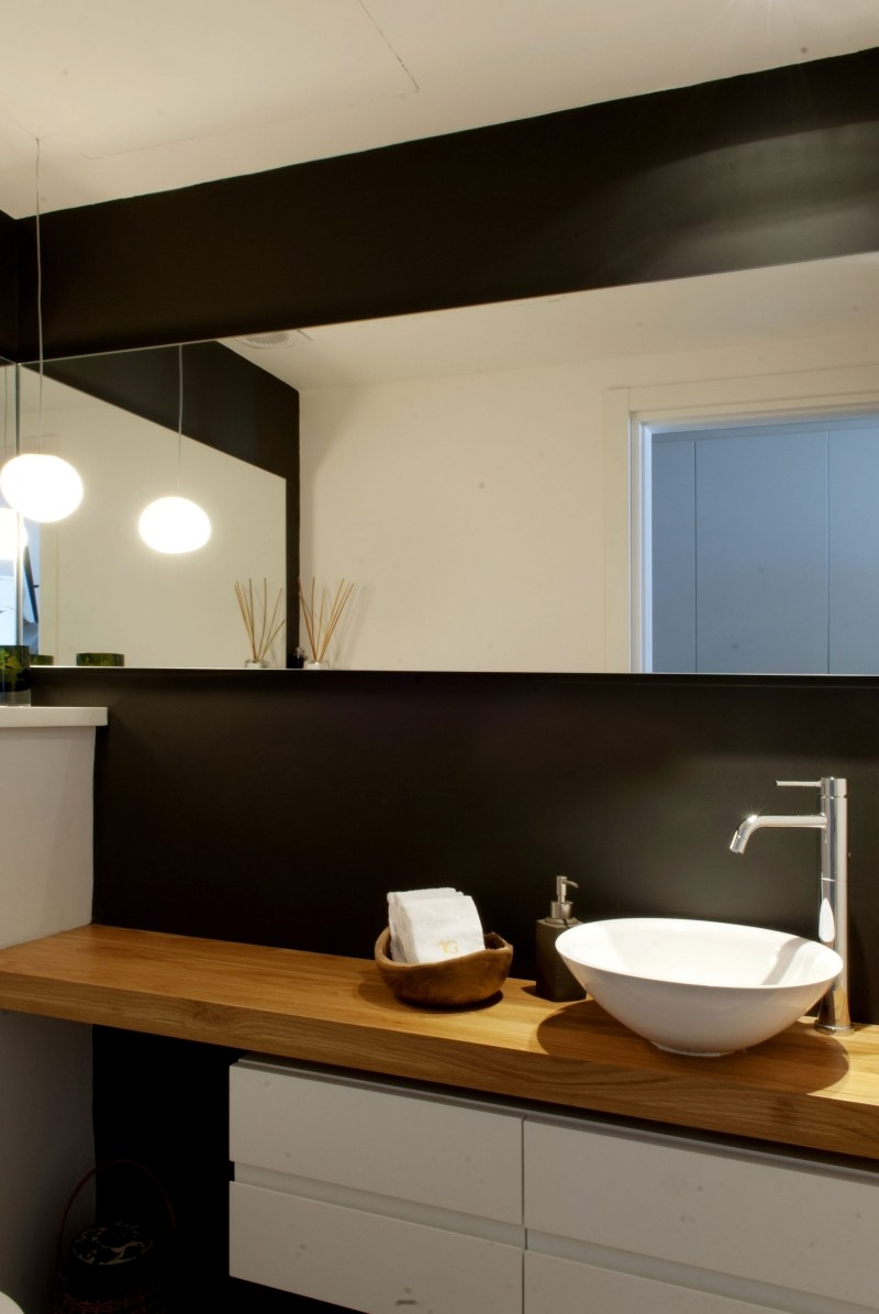 Moderne Inneneinrichtung in Wei und Holz in einem Penthouse