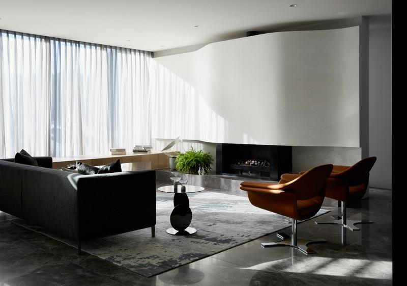 Bodenbelag aus Marmor und Holz in einem modernen Haus
