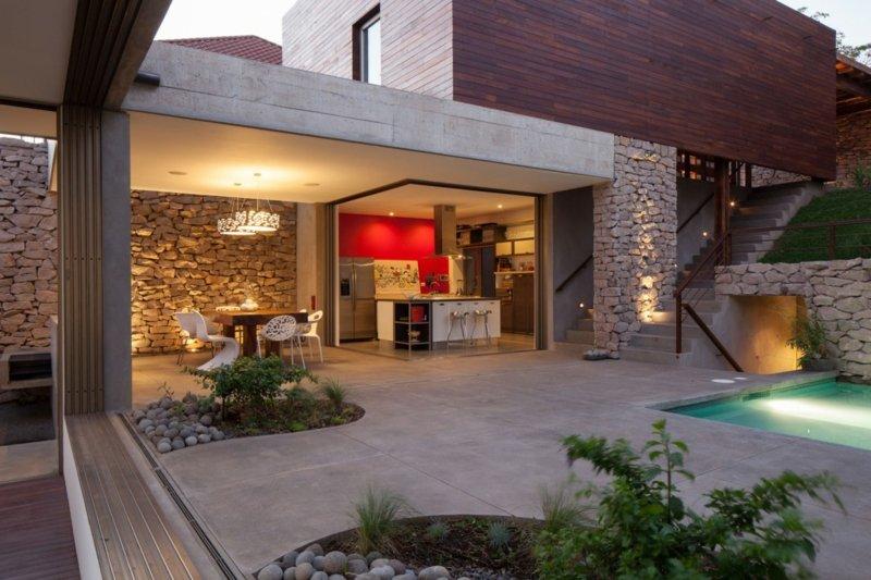Design mit Stein und Garten  Haus erbaut auf einem Hang