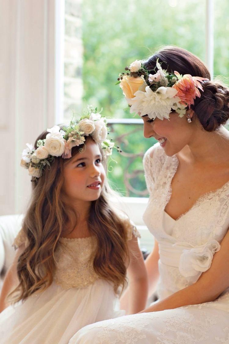 Brautfrisur mit Blumenkranz  Frisuren mit frischen Blumen