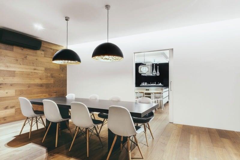 sofa selber bauen europaletten sleeper rooms to go chesterfield und einsatz von holz in moderner wohnung