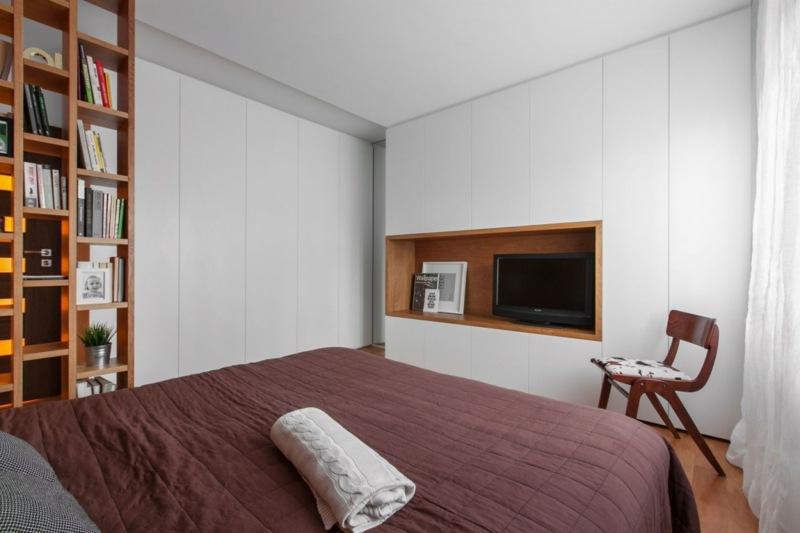 Modernes Interieur in Wei und Holz mit funktionalen Designs