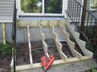 Gartentreppe aus Holz selber bauen - Anleitung und Beispiele