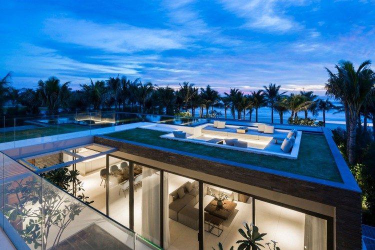 Dachlounge mit Pool und Ausblick auf das Meer in einer Villa