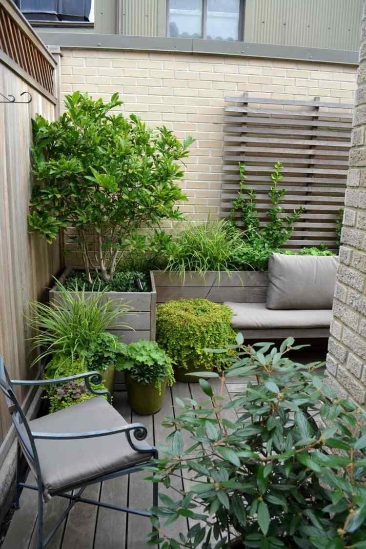 pflanzen graeser arrangement idee blumen balkon holz gelaender, Gartengerate ideen
