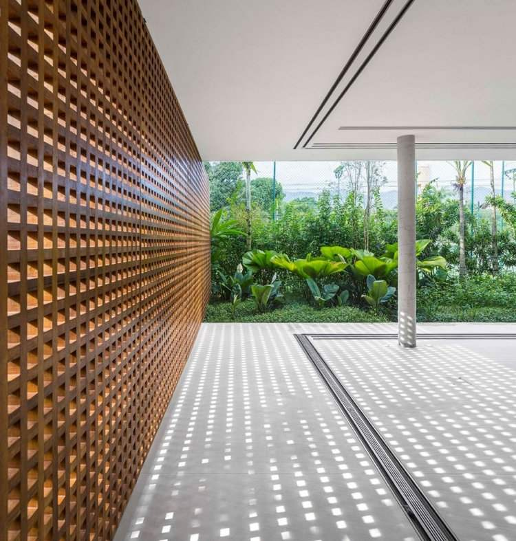Infinity Pool und Holzgitter Paneele als Sichtschutz