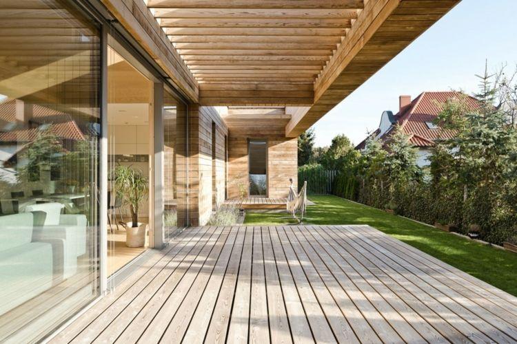 LED Einbauleuchten in einem modernen Interieur aus viel Holz