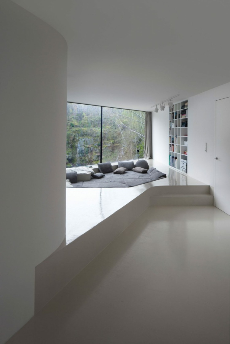Eingelassene Sitzecke im Wohnzimmer im minimalitischen Stil gestalten