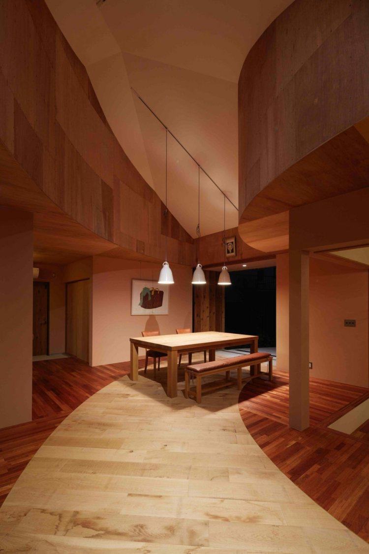 Holzverkleidung im Haus fr Decke und Boden fr ein warmes