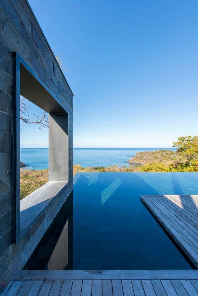 Moderner Infinity Pool fr die Terrasse eines Hauses in