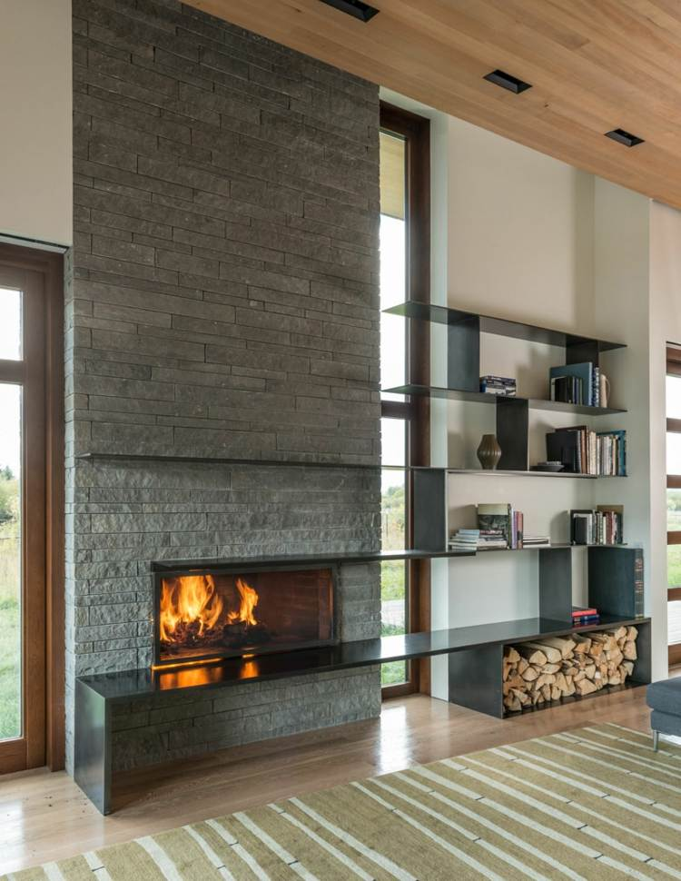 Trockenes Brennholz praktisch und dekorativ in Wohnrumen lagern