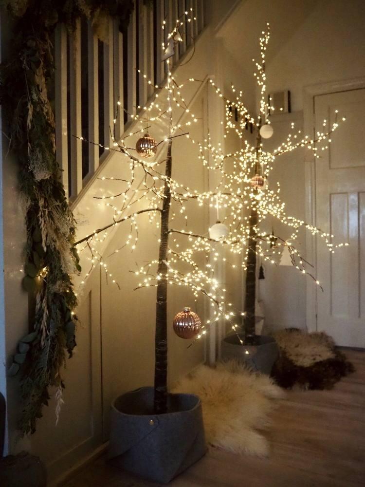 Leucht-Bäume im Eingangsbereich