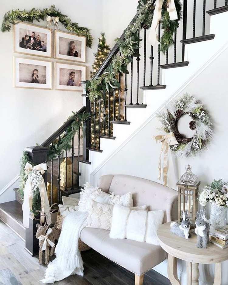 Weihnachtsdeko im Treppenhaus in neutralen Farben