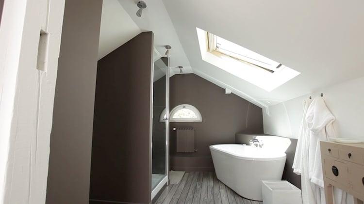 salle bains sous combles peinture marron blanc plancher la salle de bains sous les combles 26 bonnes idees utiles