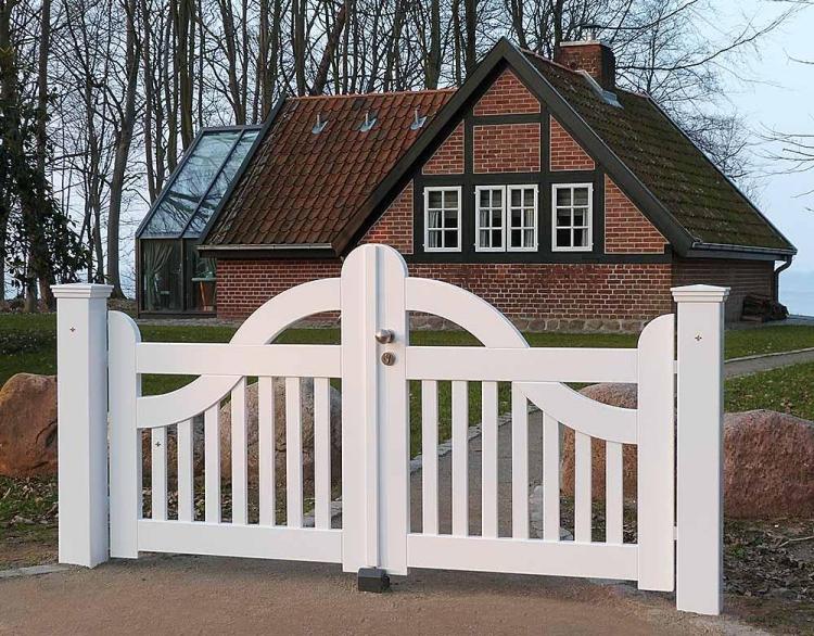 La porte de jardin et portail nous accueillent avant propritaire