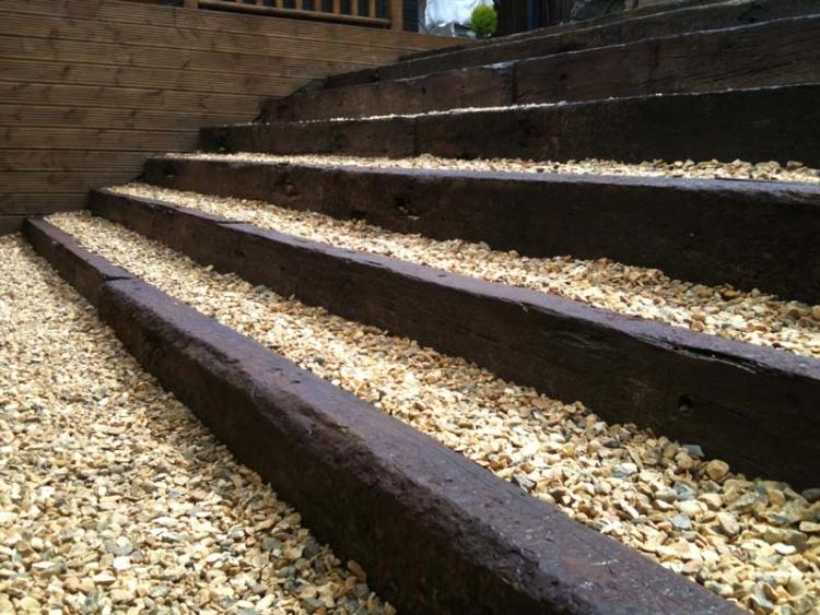 Escalier en pierre et marches dans le jardin dco et
