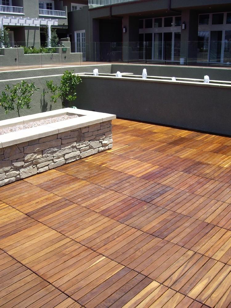Lames de terrasse en bois et dalles ides sur les motifs dco