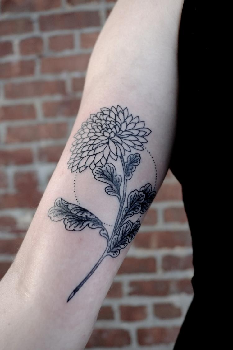 Tatouages301: tatouage fleur bras femme