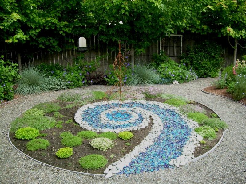 Plantes aromatiques dans le jardin combiner fleurs et herbes