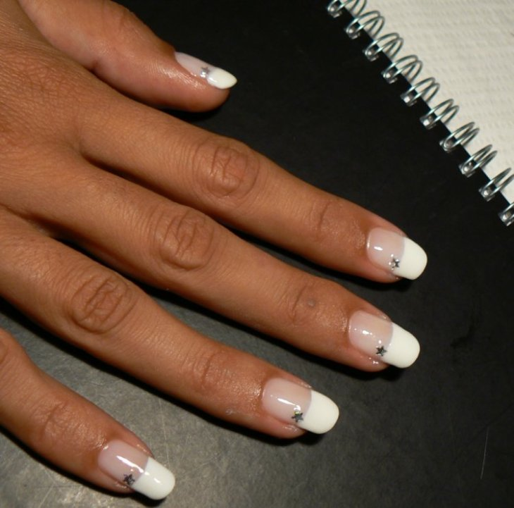 French-manucure-gel-etoiles-idee-deco