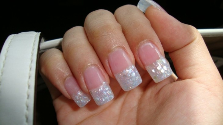 French-manucure-gel-paillettes-idee-estival