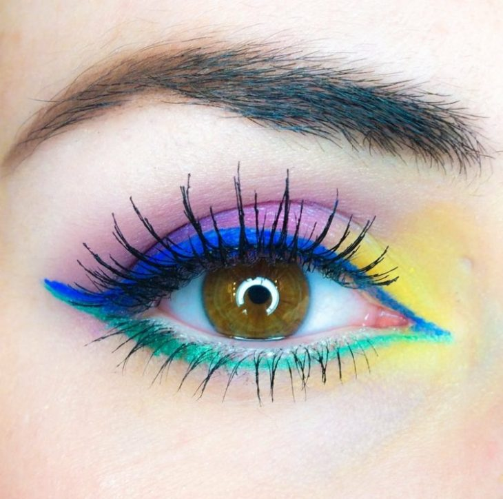 idees-maquillage-ete-eye-liner-bleu-vert-mascara-fard-paupière-jaune-rose