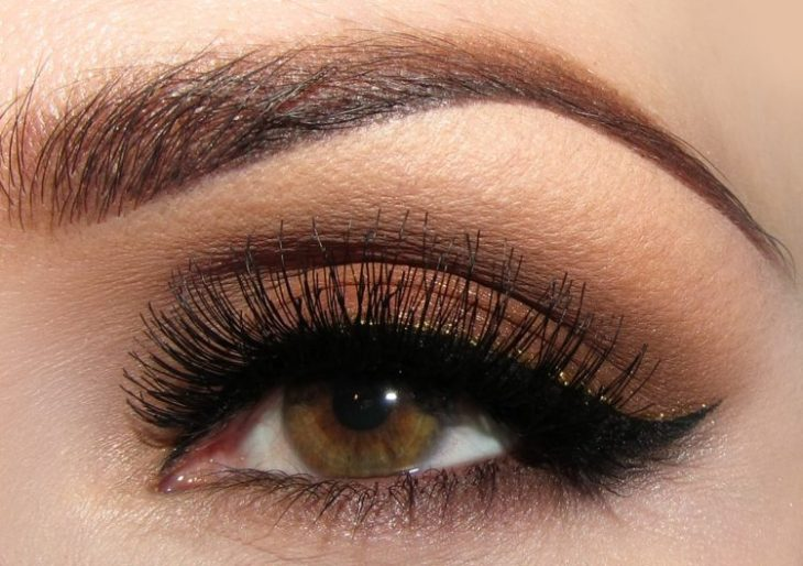 idees-maquillage-ete-fard-paupières-gel-marron-pailleté-mascara-eye-liner