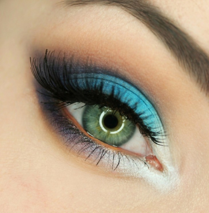 idees-maquillage-ete-fard-paupières-turquoise-lilas-blanc-mascara