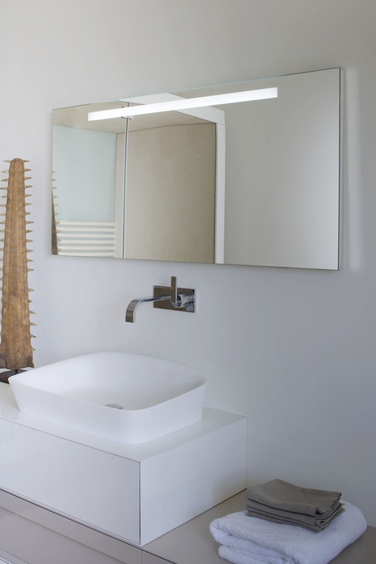 luminaire salle de bain avec prise top eclairage led pour salle de bain miroir salle bain avec. Black Bedroom Furniture Sets. Home Design Ideas