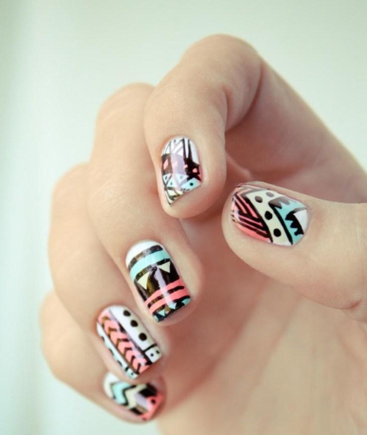 nail-art-motif-azteque-base-blanche-contours-noirs