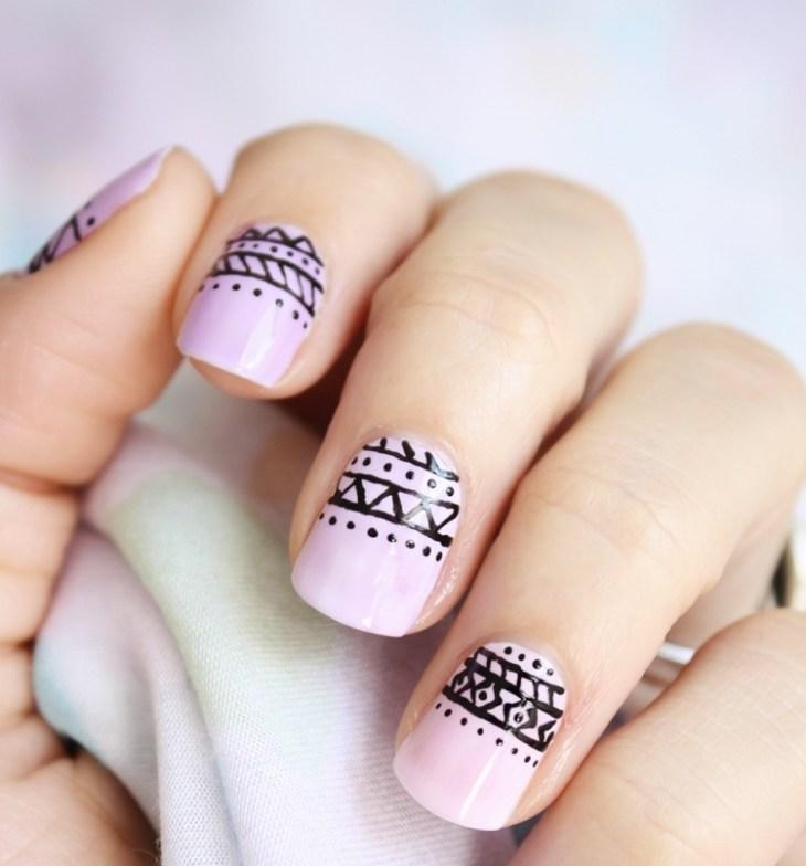 nail-art-motif-azteque-base-rose-contours-noirs