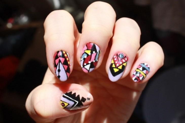 nail-art-motif-azteque-couleur-violette-jaune-rose
