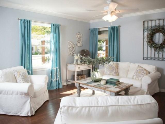 decoration-salon-canapés-blancs-table-appoint-shabby-chic-rideaux-bleu-clair-couronne-feuilles