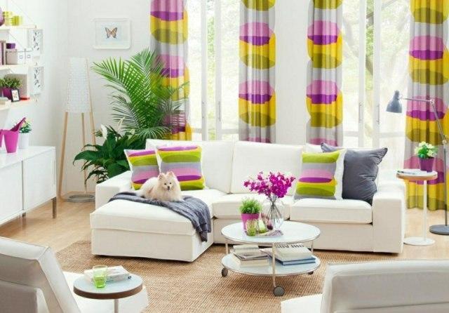 decoration-salon-coussins-rideaux-motifs-colorés-canapé-blanc-tapis-sisal-moderne