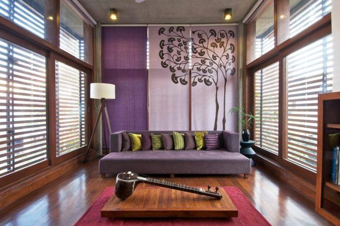 decoration-salon-coussins-vert-pourpre-canapé-pourpre-tapis-rouge-table-basse-bois